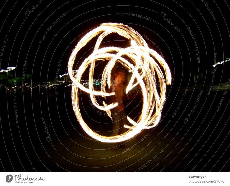 feuerring Nacht dunkel schwarz weiß gelb Langzeitbelichtung lang Kreis gefährlich Brand Fackel hell Mensch bedrohlich