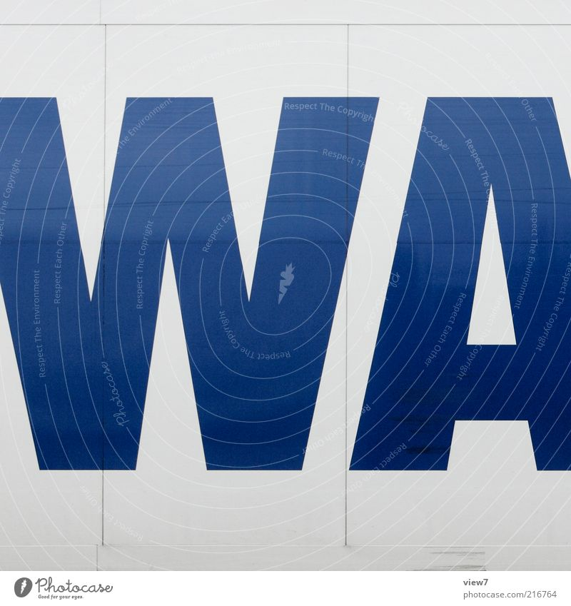 H Verkehr Fahrzeug Lastwagen Metall Zeichen Schriftzeichen authentisch dunkel einfach modern neu oben positiv blau ästhetisch Typographie Farbfoto mehrfarbig