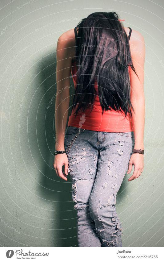 abhängen... Stil feminin Frau Erwachsene Leben 1 Mensch Jeanshose schwarzhaarig langhaarig Erholung warten schön Gefühle demütig Langeweile Traurigkeit