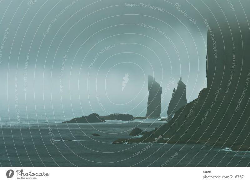 Riese und Riesin Umwelt Natur Landschaft Urelemente Himmel Wolken Klima Wetter schlechtes Wetter Sturm Nebel Felsen Küste Meer Insel außergewöhnlich dunkel