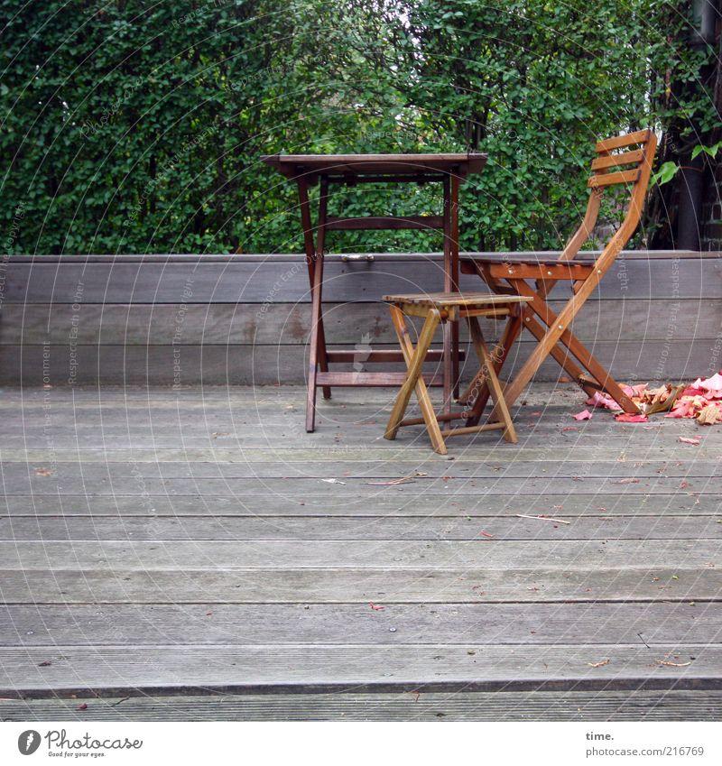 [HH10.1] - Vorgartenensemble Garten Tisch Stuhl Stuhllehne Holz Sitzgelegenheit Möbel Außenaufnahme Baum grün Blatt Herbst Pause klein groß Veranda Am Rand