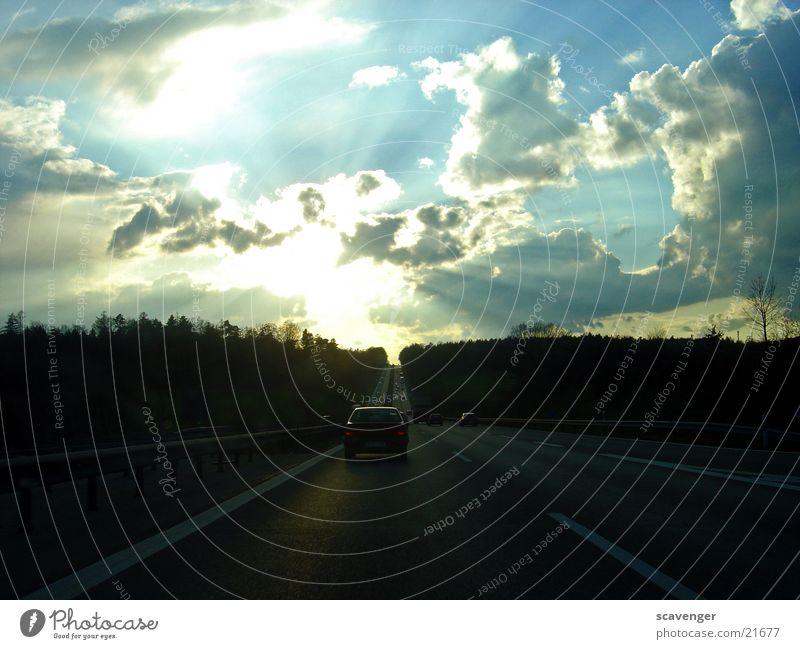 sunset road Autobahn Geschwindigkeit unterwegs dunkel Wolken Sonnenuntergang Licht Ferne lang tief mystisch Wald schwarz Linie Streifen Verkehr PKW Straße