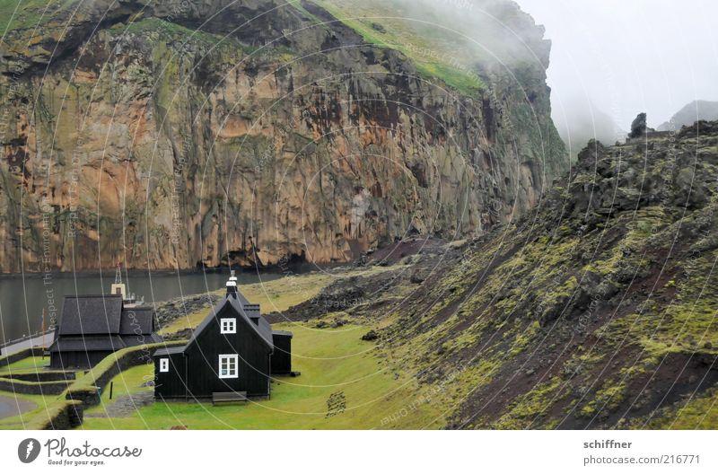 Heimaey - Heimat ey! schlechtes Wetter Hügel Felsen Vulkan Schlucht Küste Bucht Fjord dunkel klein Kirche Stabkirche abgelegen nordisch Island Insel Einsamkeit