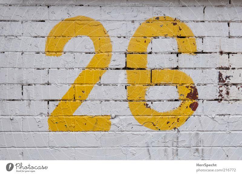 26 Bauwerk Mauer Wand Backstein Ziffern & Zahlen gelb weiß Farbstoff Anstrich abblättern Furche Farbfoto Außenaufnahme Strukturen & Formen Menschenleer