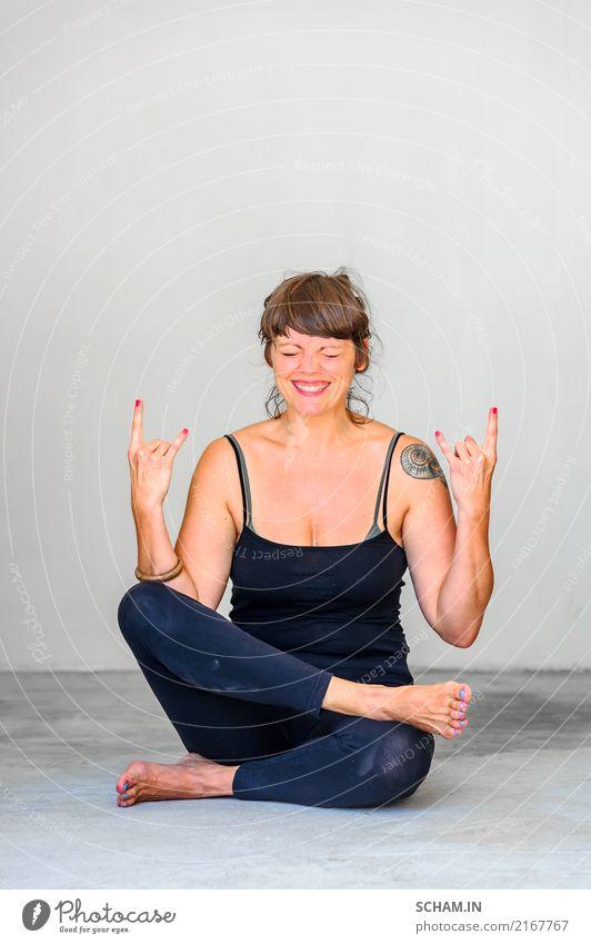 Schöne Dame - Yogaschülerin - zeigt verschiedene Yoga-Positionen. Wippe in der Seele. Gesundheitswesen Wohlgefühl Erholung Meditation Fitness Leichtathletik