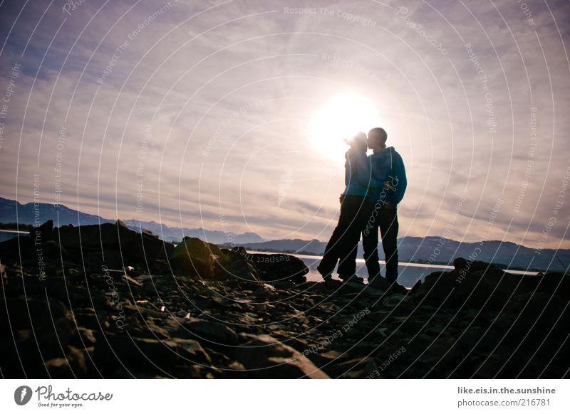 Love is in the air Winter maskulin feminin Junge Frau Jugendliche Junger Mann Paar Partner Leben 2 Mensch Himmel Hügel Felsen Alpen Berge u. Gebirge Seeufer