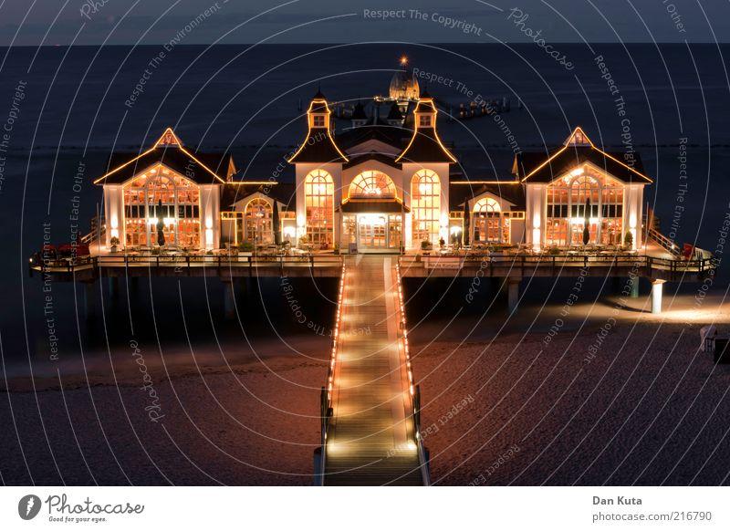 Sellin at night blau Freude Strand ruhig Haus gelb Erholung träumen Beleuchtung Horizont Brücke Treppe ästhetisch Balkon Bauwerk genießen