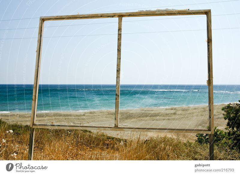 Durchblick Natur blau Sommer Strand Meer Ferne Freiheit Landschaft Gras Wärme Küste braun Wellen Horizont Schilder & Markierungen frei