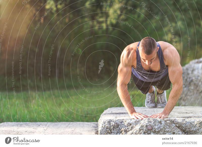 Liegestütz beim Outdoor Training im Park Gesundheit Gesunde Ernährung sportlich Fitness Sommer Sonne Sport Sport-Training Sportler muskulös Muskelshirt