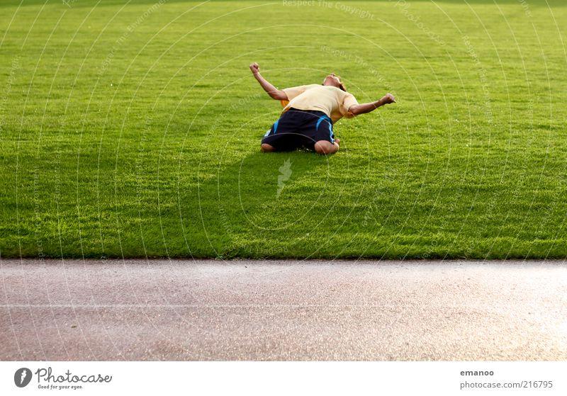 Yeah! Mensch Jugendliche grün Freude Erwachsene Sport Spielen Gefühle Gras Glück Zufriedenheit Kraft Freizeit & Hobby Fußball maskulin Erfolg