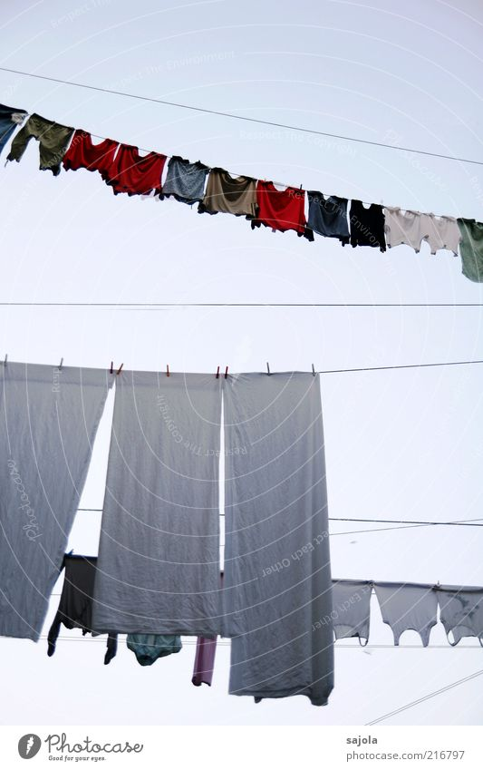 waschtag Häusliches Leben Bekleidung T-Shirt hängen mehrfarbig rot weiß Hochformat rein Wäsche Wäscheleine Tuch trocknen Farbfoto Außenaufnahme Menschenleer