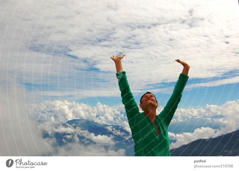 Freiheit Mensch Himmel Jugendliche Junge Frau Wolken 18-30 Jahre Erwachsene Berge u. Gebirge feminin stehen Fröhlichkeit Lebensfreude Ziel Begeisterung