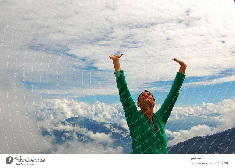 Freiheit Mensch Himmel Jugendliche Junge Frau Wolken 18-30 Jahre Erwachsene Berge u. Gebirge feminin stehen Fröhlichkeit Lebensfreude Ziel Begeisterung Textfreiraum links dankbar