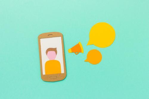 Mobile Marketing, Social Media, Podcast, Kommunikation Junger Mann gelb modern Kommunizieren Erfolg Idee Papier Coolness Information Internet Werbung Handy