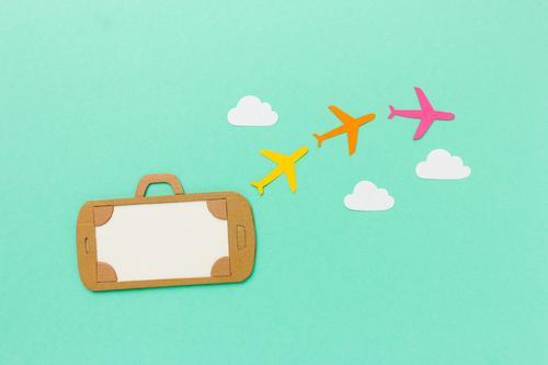 Mobile Urlaubsplanung. Handy als Koffer mit Flugzeugen Wolken Ferien & Urlaub & Reisen Sommer PDA fliegen kaufen trendy modern mehrfarbig Vorfreude Abenteuer