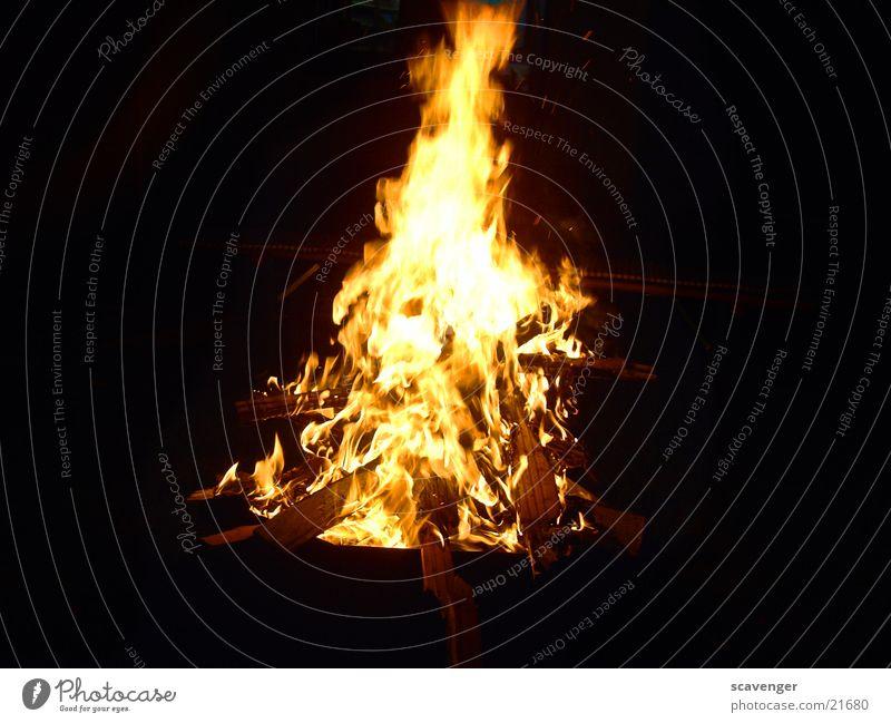 Lagerfeuer Licht brennen Holz Physik dunkel Nacht Brand Feste & Feiern Feuerstelle hell Natur Wärme Abend