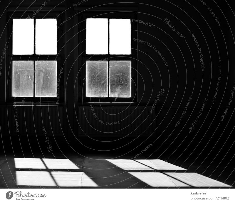 Ein Schatten seiner selbst Haus Gebäude Architektur Fenster Raum Heizkörper Bodenbelag alt dreckig dunkel schwarz weiß ruhig Einsamkeit Symmetrie Verfall