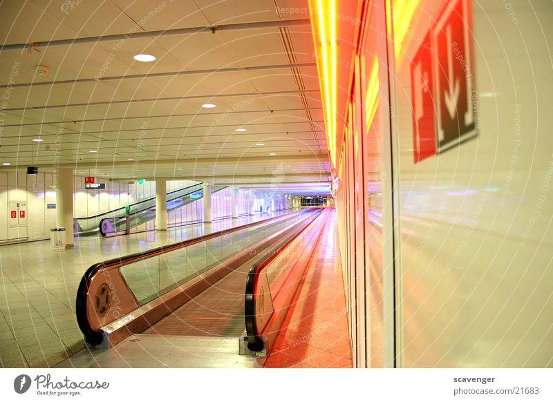 Gateway Rolltreppe München Laufband Ferne mehrfarbig Architektur Flughafen Licht Farbe Treppe Wege & Pfade