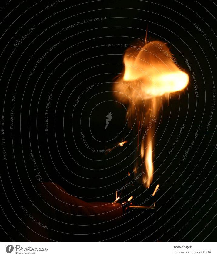 Atompilz Feuerzeug dunkel Hintergrundbild Wolken Hand Finger Daumen brennen Geschwindigkeit steigen Makroaufnahme Nahaufnahme Brand Strohballen Vulkan hell