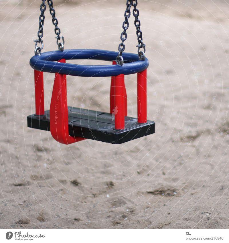 babyschaukel Freude blau rot Schutz ruhig Schaukel Spielzeug Spielplatz Sicherheit Sand Sandkasten Kindergarten Kindheit Farbfoto Menschenleer