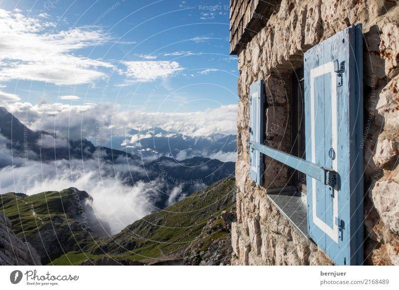 Fensterln blau Haus Wolken Berge u. Gebirge Wand Herbst Wege & Pfade Mauer grau retro authentisch hoch Fußweg Schutz Alpen