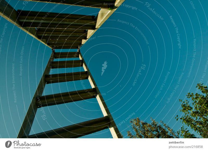 Leiter stehleiter hoch Himmel Wolkenloser Himmel Leitersprosse Aluminium klappleiter unterseite Farbfoto Außenaufnahme Nahaufnahme Detailaufnahme Menschenleer