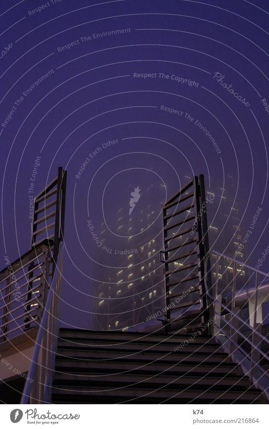 salida Stadt Haus Hochhaus Bauwerk Gebäude Architektur Treppe Tür Ziel Farbfoto Außenaufnahme Dämmerung Nebel Abend Tor aufwärts Dunst Textfreiraum oben