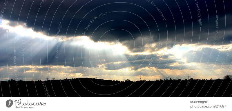 Sonnenstrahlen schwarz Lampe dunkel hell Erde Beleuchtung orange Horizont Furche Apokalypse Lichtblick