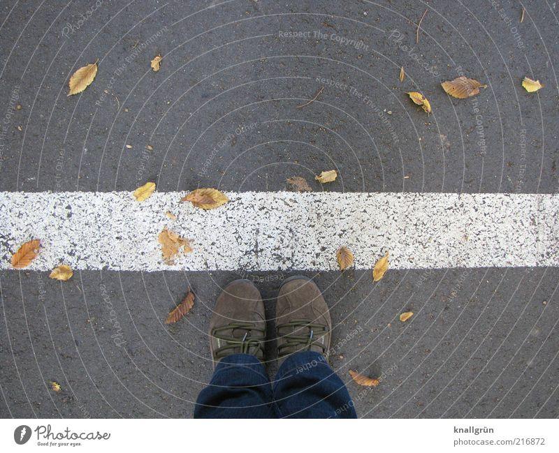 Don't stop me Mensch weiß Blatt Straße grau Fuß Schuhe warten Straßenverkehr Schilder & Markierungen Bekleidung Sicherheit Ordnung stehen Grenze Kontrolle