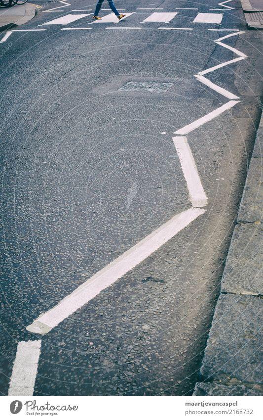 Fußgänger auf Londoner Strasse Mensch feminin Erwachsene Leben 1 18-30 Jahre Jugendliche Stadt Hauptstadt Verkehrswege Straße Verkehrszeichen Verkehrsschild