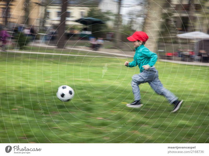 Kleiner Junge und Fußball Kind Mensch grün rot Freude Leben Gesundheit Wiese Bewegung Sport Spielen Freizeit & Hobby maskulin Park Kindheit