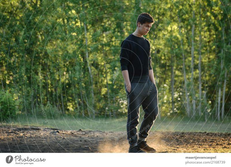 Nachdenklicher Teenager wandert im Wald Mensch maskulin Junger Mann Jugendliche Erwachsene Leben 1 13-18 Jahre Natur Sonnenlicht Trainingshose Turnschuh brünett