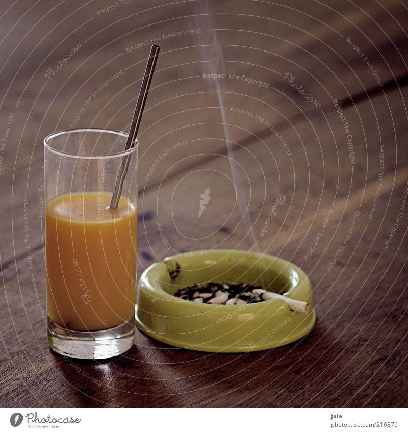 ausgewogene ernährung Lebensmittel Getränk Saft Glas Trinkhalm Aschenbecher Zigarettenasche Holz ungesund Orangensaft Vitamin Nikotin Farbfoto Innenaufnahme