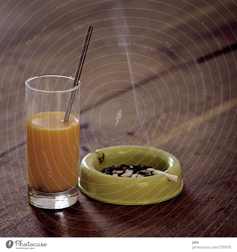 ausgewogene ernährung Lebensmittel Holz Glas Getränk Rauch Zigarette Gegenteil Vitamin Gift Saft Trinkhalm ungesund Wissenschaften Zigarettenasche Holztisch
