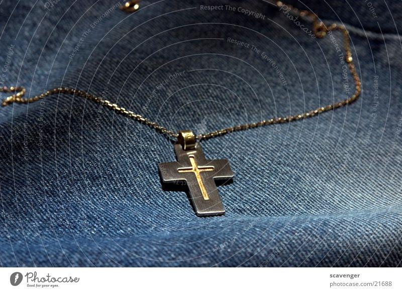 Kreuz Halskette Christentum Schmuck Stoff rau Stil Kruzifix Glaube Untergrund Rücken gold silber Metall Gefolgsleute edel blau Jeanshose Lampe Beleuchtung