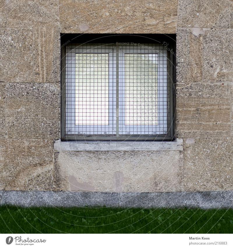 Saisonende Haus Architektur Mauer Wand Fassade Fenster eckig einfach hell trist Ordnung Reichtum Schutz Sicherheit Häusliches Leben Rasen Garten Marmor Gitter