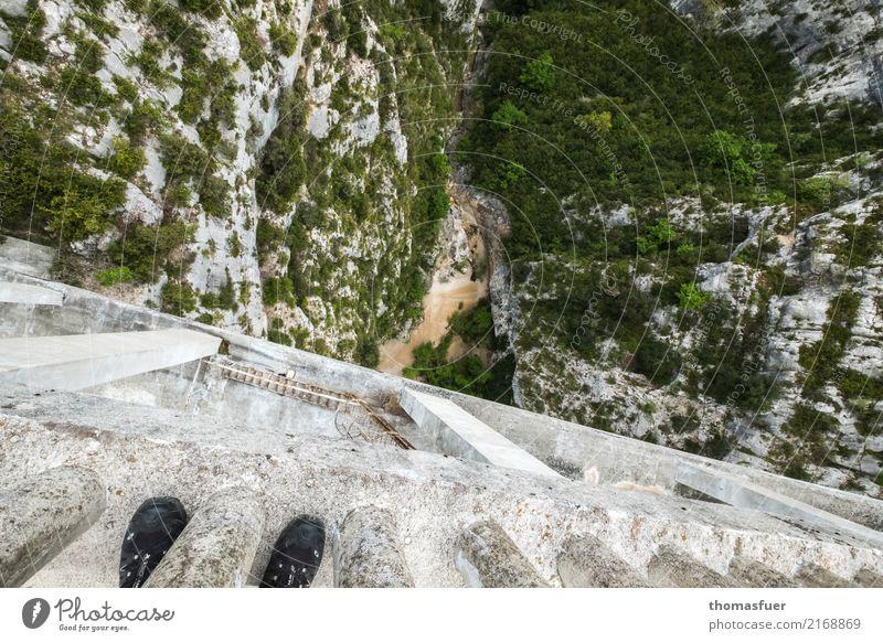 Schlucht, Brücke Ferien & Urlaub & Reisen Abenteuer Sommer Berge u. Gebirge wandern Klettern Bergsteigen Mensch Fuß Landschaft Schönes Wetter Sträucher