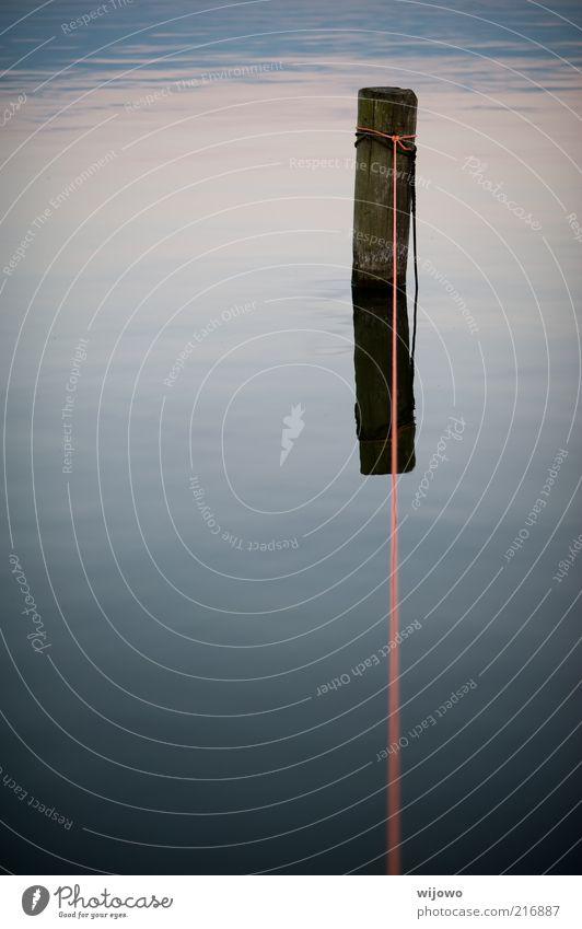 Bindung Natur Landschaft Wasser Seeufer Seil Holz Linie Schnur Knoten Spiegelbild träumen natürlich schön blau grau friedlich Gelassenheit ruhig Einsamkeit