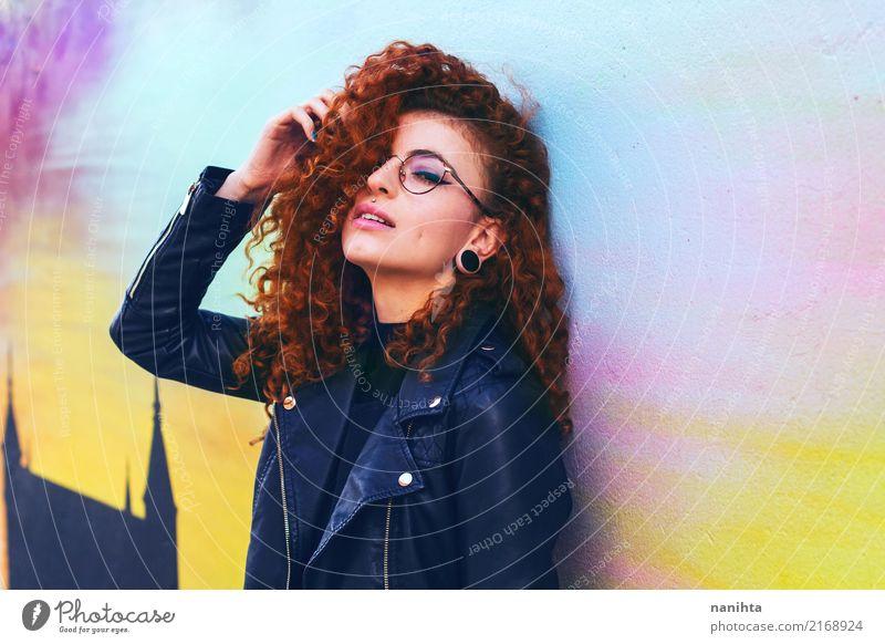 Junge und coole Rothaarigefrau Lifestyle Stil Design schön Mensch feminin Junge Frau Jugendliche 1 18-30 Jahre Erwachsene Mode Bekleidung Jacke Leder Accessoire