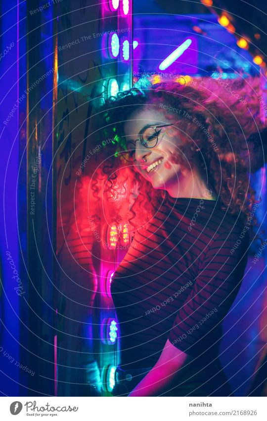 Junge Frau auf einer Nachtparty Mensch Jugendliche schön Freude 18-30 Jahre Erwachsene Lifestyle feminin Party Feste & Feiern genießen Lächeln Fröhlichkeit