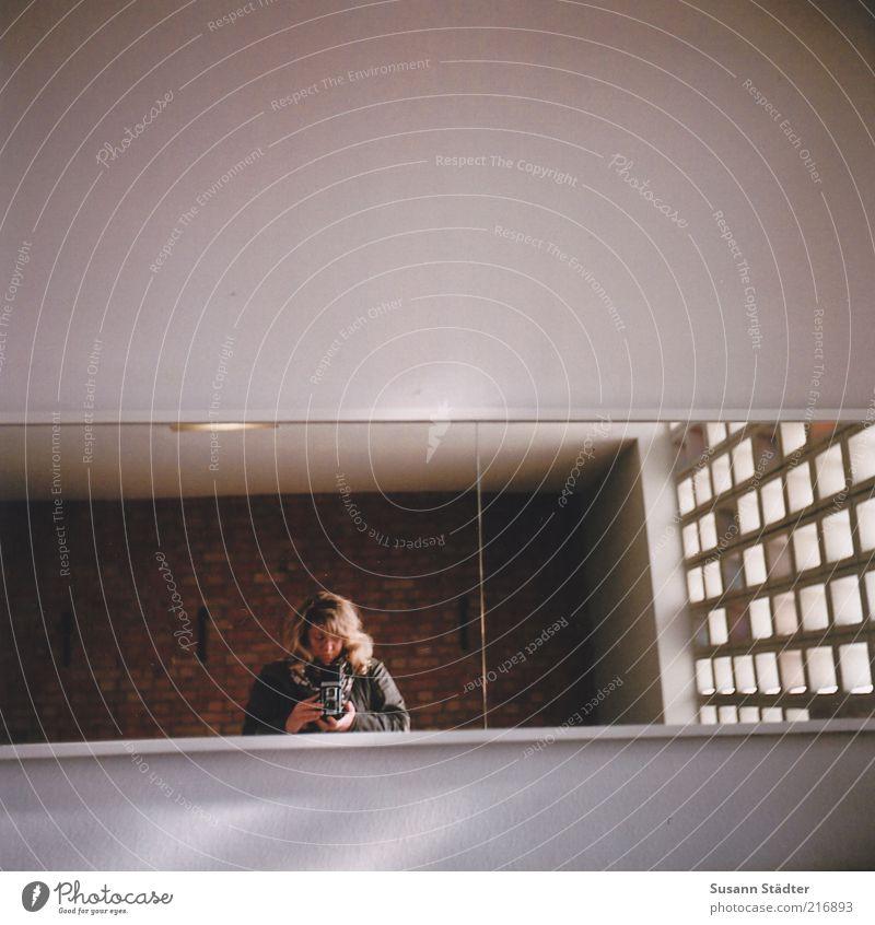 Die Welta und Ich Haus Fenster Wand Mauer Lampe Raum blond Streifen beobachten Spiegel analog langhaarig Fotografieren Selbstportrait Spiegelbild Altbau