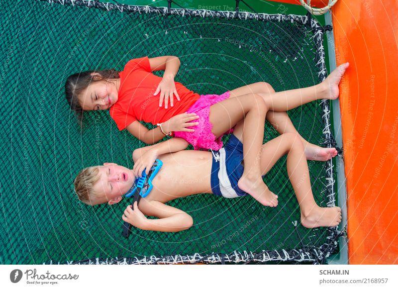 Junge spielt eine Spielzeuggitarre für seine schöne Freundin Mensch Kind Ferien & Urlaub & Reisen Sommer grün Wasser Meer ruhig Freude Mädchen sprechen