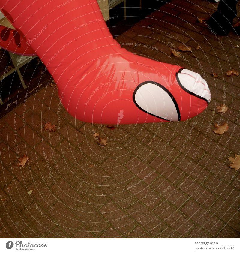 [HH 10.1] auf GROSSEM fuss leben. Kindheit Fuß Spielzeug hängen Spielen rot Dinosaurier Gummitier aufgeblasen aufblasbar groß Bürgersteig Zehennagel Farbfoto
