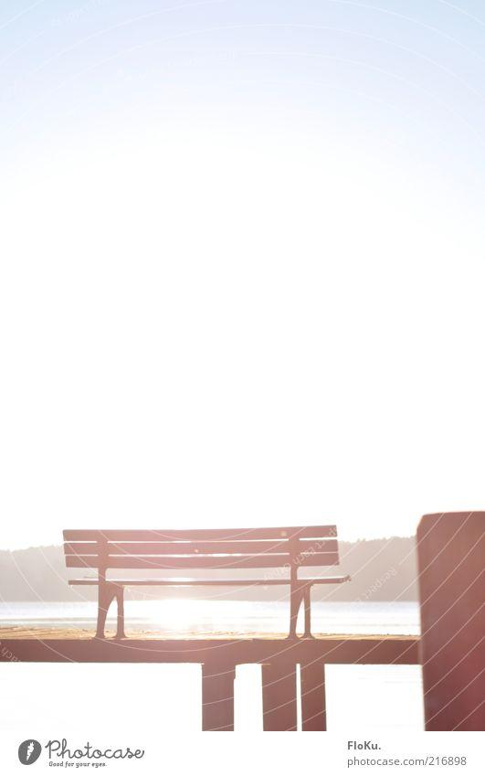 Komm, setz' dich! Natur Wasser weiß blau schön Sonne Landschaft Umwelt Wärme Küste See Park frei Pause Bank leuchten