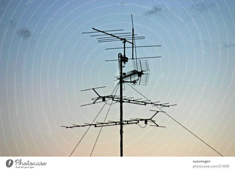 Antenne Himmel schwarz Wolken Metall Horizont Technik & Technologie Dach Antenne Stab Funktechnik Elektrisches Gerät