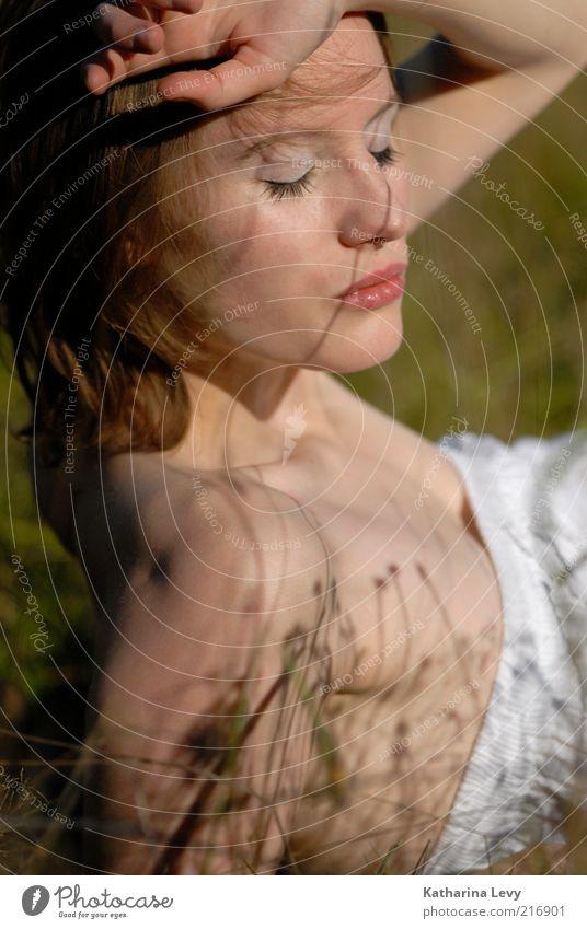 Schattenspiel Frau Mensch Jugendliche schön Sommer Erholung feminin Wiese Frühling Erwachsene träumen Zufriedenheit Mode Wellness Kleid brünett