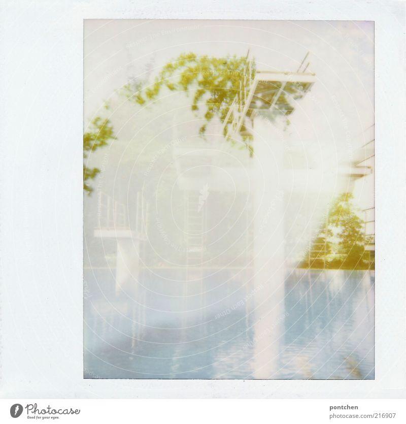 Polaroid Doppelbelichtung von einem Sprungturm im Freibad Wassersport Sportstätten ästhetisch Sprungbrett blau Baum Sommer weiß Leiter Geländer Unschärfe