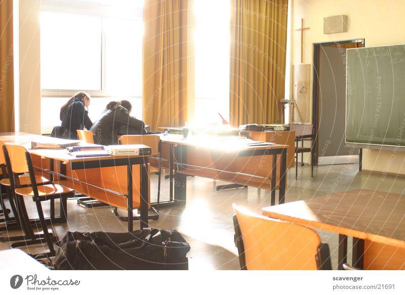 Klassenzimmer Mensch Jugendliche Sonne Berufsausbildung Lampe Fenster Schule 2 glänzend Tür Schilder & Markierungen Rücken Tisch leer mehrere Stuhl
