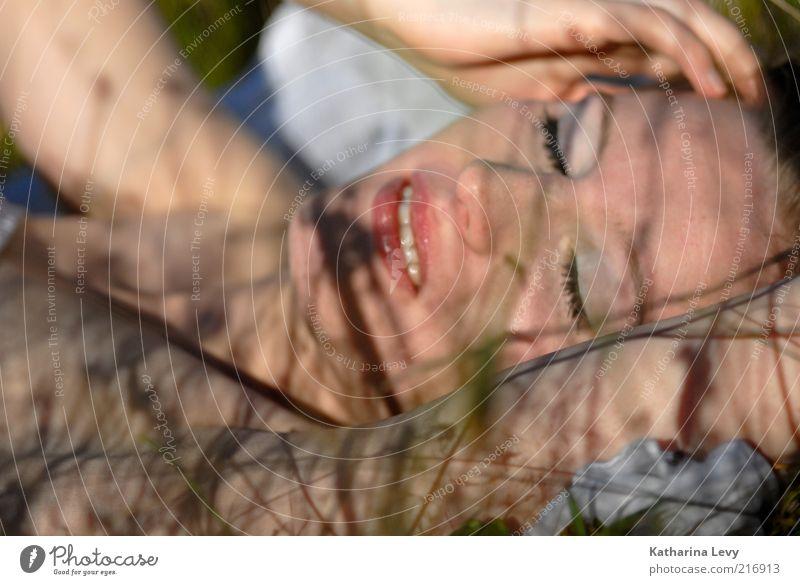 Schattenspiel II Frau Mensch Jugendliche Sommer Gesicht Erholung Wiese feminin Gras Frühling träumen Denken Zufriedenheit Haut Erwachsene schlafen