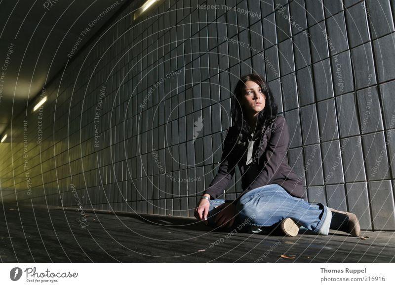 Ka.... Mensch feminin Junge Frau Jugendliche Erwachsene 1 18-30 Jahre Tunnel Architektur Verkehrswege Personenverkehr Wege & Pfade Blick sitzen schön kalt